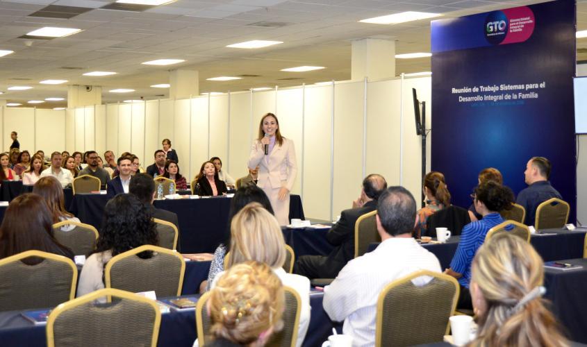 Presidenta del DIF Estatal Adriana Ramírez Lozano..JPG